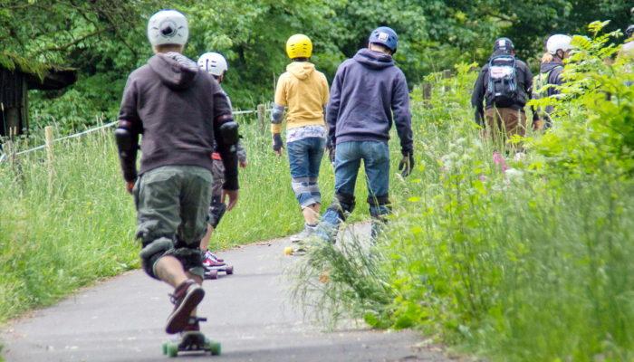 Hartmannshain-Longboarder-am-hoechsten-Einstieg-des-Vulkanradweges